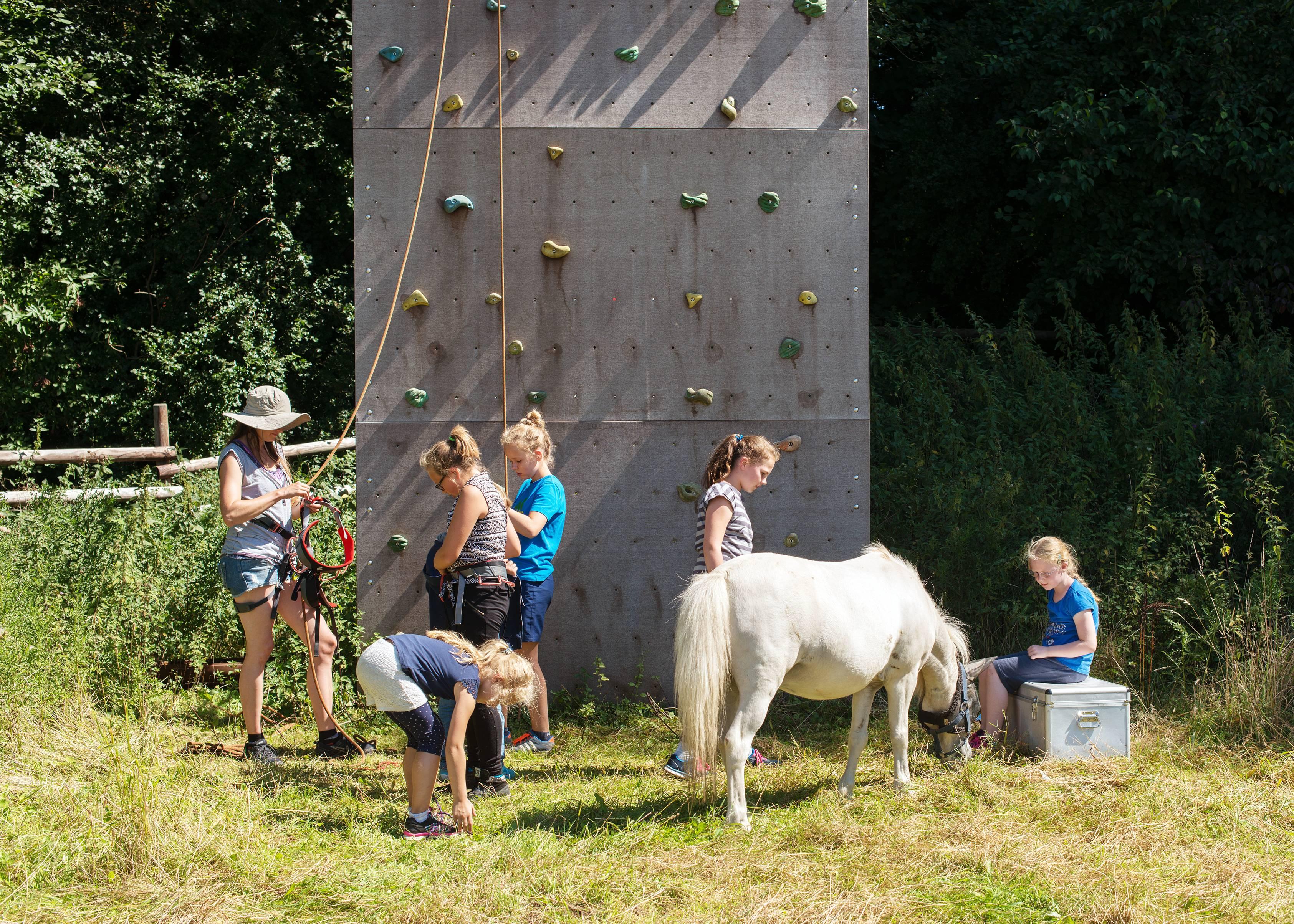 Klettern auf der Pferde Wiese Kindergeburtstag